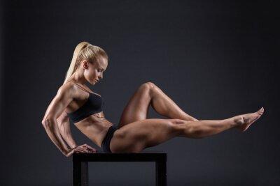 Плакат Портрет красивой девушки в студии спортсменов