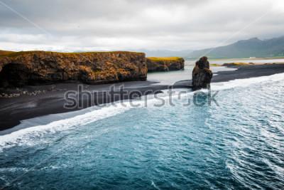 Плакат Вид на пляж Киркюфьяра и скалу Арнардрангура. Расположение Мирддальская долина, Атлантический окол около деревни Вик, Исландия, Европа. Живописное изображение удивительного пейзажа природы. Откройте