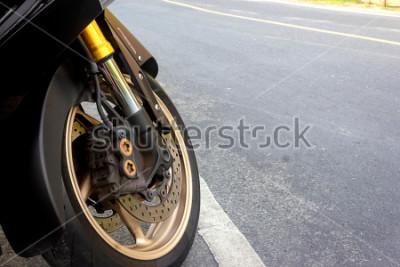 Плакат Суппорт переднего колеса и дисковый тормоз мотоцикла остаются на дороге