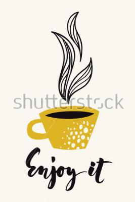 Плакат Осенняя каллиграфия карта с чашкой кофе или чая. Наслаждайтесь каллиграфическим текстом. Цветной плакат или открытка, предназначенная для любого вида печатных СМИ. Золотой цв