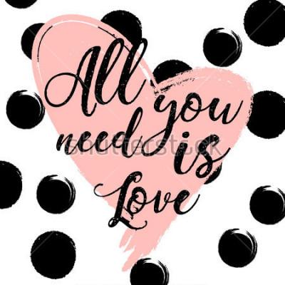 Плакат черно-белый полосатый фон с золотым акварельным сердцем. Рисованной надписи. дизайн для праздничной открытки и приглашения на свадьбу, с Днем Святого Валентина