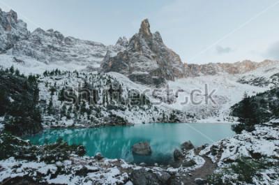 Плакат прекрасный вид на огромные белые скалы гор Доломиты (Dolomites). Озеро Браиес (Lago Di Braies) летом. Крупнейшее природное озеро в Доломитах, Южный Тироль, Италия, Европа.