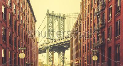 Плакат Ретро стилизованный Манхэттенский мост видно из Дамбо, Нью-Йорк.