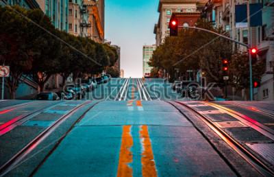 Плакат Низкий угол сумерки вид пустой дороги с канатной дороги, ведущей вверх по крутому холму на знаменитой улице Калифорнии на рассвете, Сан-Франциско, Калифорния, США