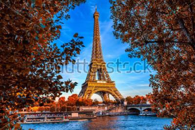 Плакат Париж Эйфелева башня и река Сена в Париже, Франция. Эйфелева башня - одна из самых знаковых достопримечательностей Парижа. Осенний Париж.