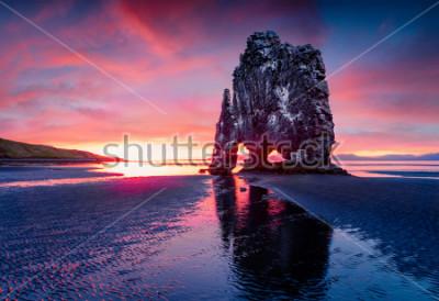 Плакат Огромный базальтовый стек Хвицеркур на восточном берегу Ватнснесского полуострова. Красочный восход солнца лета в северо-западной Исландии, Европе. Красота природы концепции фона.
