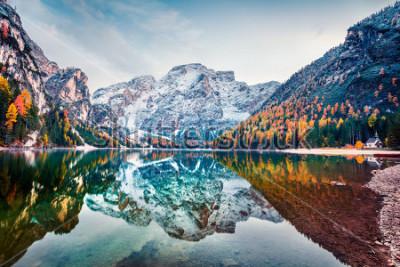 Плакат Первый снег на озере Брайес. Красочный ландшафт осени в итальянских Альпах, Naturpark Fanes-Sennes-Prags, доломите, Италии, Европе. Красота природы концепции фона.