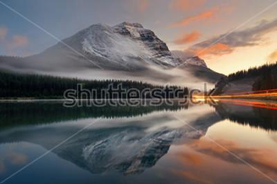 Плакат Озеро гор и светофор отстают с отражением и туманом на заходе солнца в национальном парке Banff, Канаде.