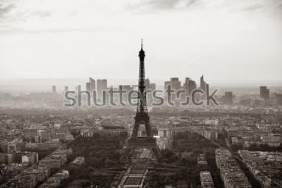 Плакат Взгляд крыши города Парижа с Эйфелева башней черно-белой.