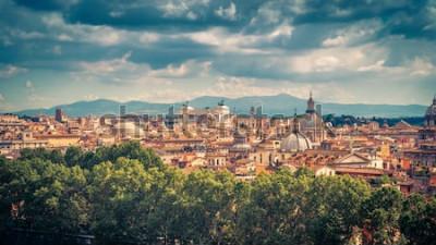 Плакат Воздушный панорамный вид на Рим, Италия. Городской пейзаж старого Рима в солнечный день. Римский горизонт летом. Красивая живописная панорама Рима сверху. Старинное живописное фото города Рома.