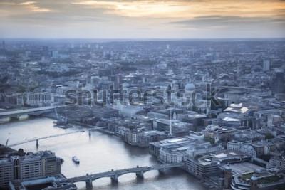 Плакат Вид с воздуха города Лондона в сумерках. С реки Темзы, собора Святого Павла и финансового района на переднем плане.