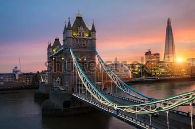 Плакат Лондонский Тауэрский мост на закате в солнечный летний вечер - снято на фоне голубого ясного неба в лучах яркого солнца