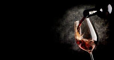 Плакат Заливка вино на черном