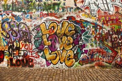 Плакат Прага, Чешская Республика - 7 октября 2010 года: часть Стена Леннона в области маленьком городке Праги, недалеко от Карлова моста. Это знаменательное стена открыта для общественности граффити в память