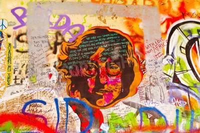 Плакат Прага, Чешская Республика - 11 сентября 2014: Знаменитый Джон Леннон стена в Праге Кампа Исландии заполнено Beatles вдохновили граффити и куски текстов с 1980 года. Граффити рисуются на ежедневной осн