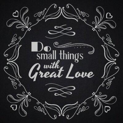 Плакат Цитировать типографскую фон. Делай маленькие вещи с большой любовью.