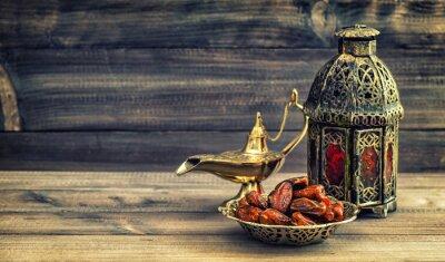 Плакат Рамазан лампа и даты на деревянном фоне. Восточный фонарь