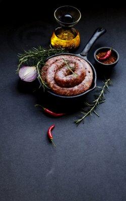 Плакат сырые говяжьи сосиски на чугунной сковороде, селективный фокус