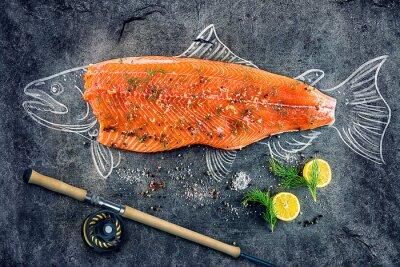 Плакат сырой рыбы лосося стейк с ингредиентами, как лимон, перец, морская соль и укроп на черной доске, набросал изображение мелом лосося рыбы с стейком и удочкой