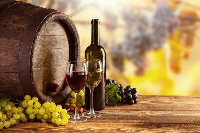 Плакат Красное и белое вино бутылки и стекло на Wodden бочке