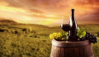 Плакат Красное вино бутылка и стекло на Wodden бочке