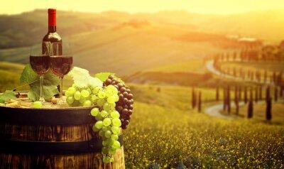 Плакат Красное вино с виноградников на баррель в зеленом Тоскана, Италия