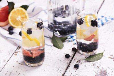 Плакат Освежающий домашнее лето коктейль с ягодами и фруктами. Селективный фокус