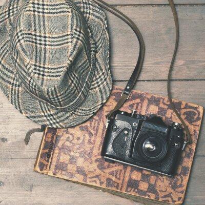 Плакат ретро камера с классическим фетровой шляпе и фотоальбом на деревянный б