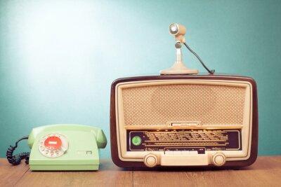 Плакат Ретро-радио с зеленый свет, микрофон и телефон на столе