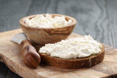 Плакат ржаной хлеб с сыром на деревянной таблице