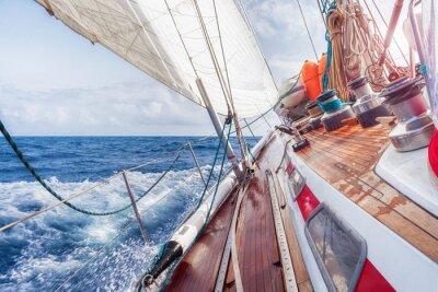 Плакат паруса лодки, плавающие по волнам