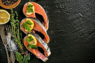 Плакат Филе лосося подается на черном камне