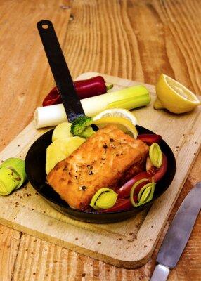 Плакат Стейк из лосося, обжаренные в сковороде.