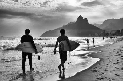 Плакат Живописный черно-белый вид Рио-де-Жанейро, Бразилия с бразильскими серферов гуляя по берегу пляжа Ипанема