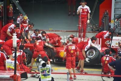 Плакат Сепанг F1 Контур, Малайзия - 2 апреля 2010 - экипаж Scuderia Ferrari Marlboro F1 гоночной команды практикующих шины меняться в течение Петронас Малайзии Гран-при 2010 2-4 апреля Сепанге.