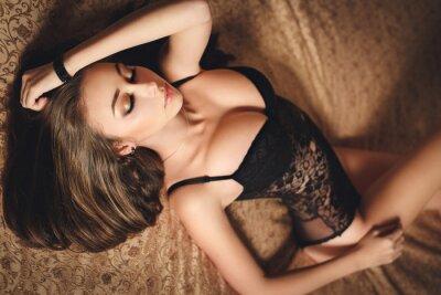 Плакат Сексуальная молодая девушка в черном белье