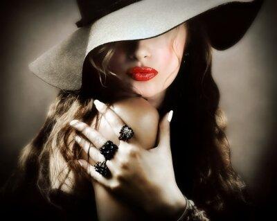 Плакат Сексуальная молодая красивая женщина с красными губами, старинные ювелирные изделия поцелуй
