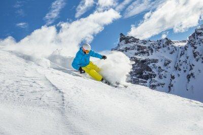 Плакат Лыжник лыжи вниз в высоких горах