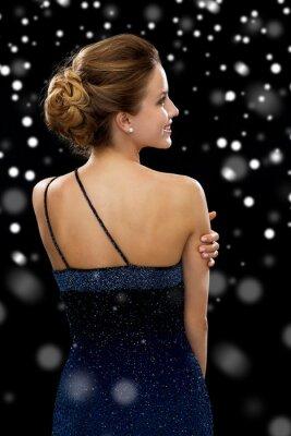 Плакат улыбается женщина в вечернем платье