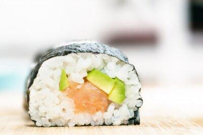 Плакат Суши с лососем, авокадо, рис в водоросли и палочки для еды на деревянный стол