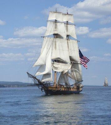 Плакат Высокий корабль с американским флагом плавание на синих водах