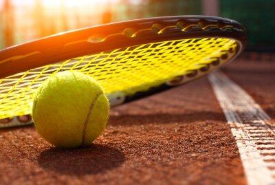 Плакат теннисный мяч на теннисный корт