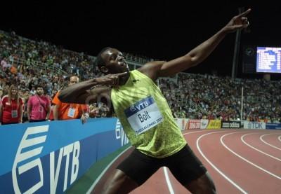 Плакат THESSALONIKI, GREECE - SEPTEMBER 12,2009: Usain Bolt finishes first at 100m men for the IAAF World Athletics Finals main event at Kaftatzoglio Stadium