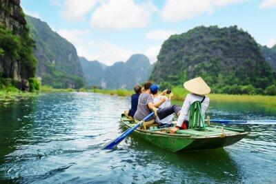 Плакат Туристы фотосъемки. Гребец, используя ее ноги, чтобы продвинуть веслами