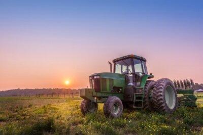 Плакат Трактор в поле на ферме Мэриленд на закате