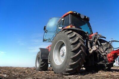 Плакат Трактор работает в поле Солнечный день