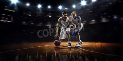 Плакат Два баскетболисты в действии в тренажерном зале в огнях