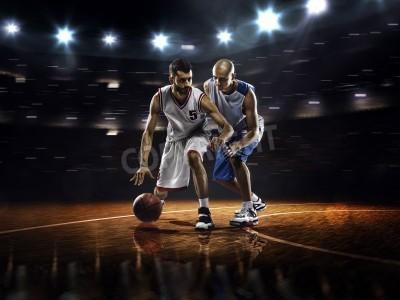 Плакат Два игрока в баскетбол в действии в тренажерном зале в огнях