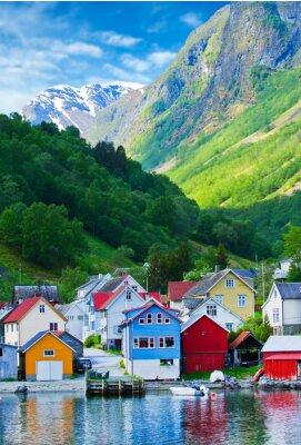 Плакат Деревня и видом на море на горы в Гейрангер фьорд, Норвегия