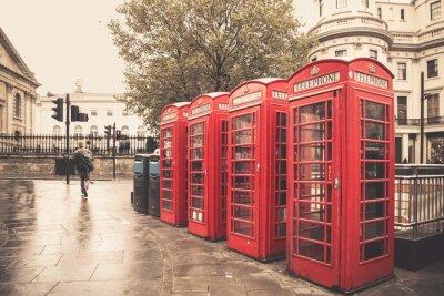 Плакат Винтажный стиль красный телефонные будки на дождливый улице в Лондоне